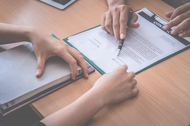 就職面接が成功した後、新しい雇用主が労働契約に署名するよう依頼されました
