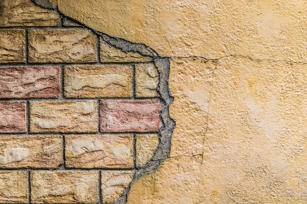 赤レンガの質感とひびの入ったコンクリートの壁