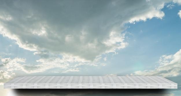 製品の表示のための雲空に空の白い棚カウンター