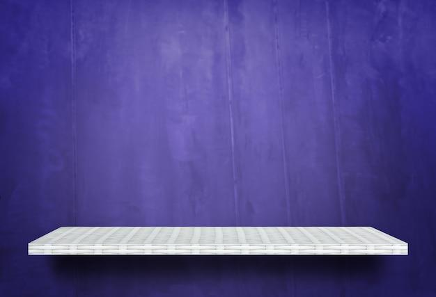 製品展示用の紫色の壁に空の白い棚