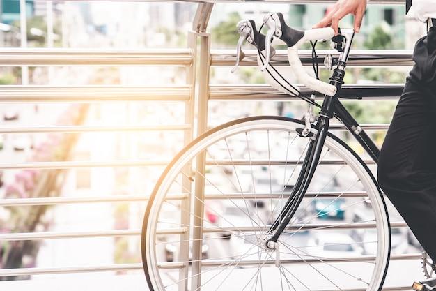 都市交通渋滞の上の高架橋でのサイクリング