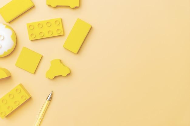 Детские игрушки на желтом фоне с игрушками плоские лежал сверху с пустым центром