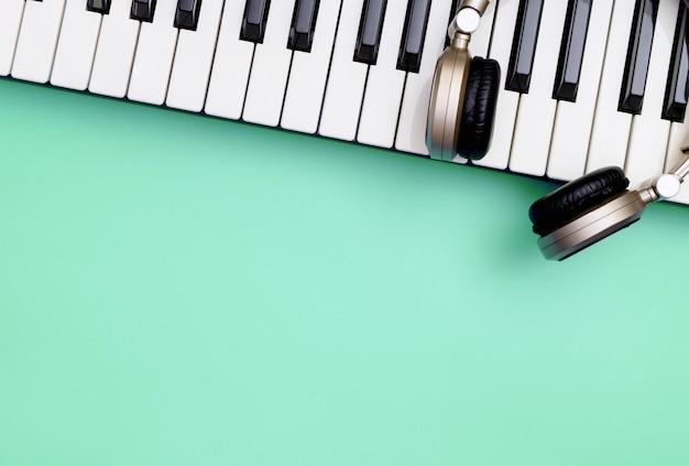 Музыкальный инструмент синтезатора клавиатуры с наушниками
