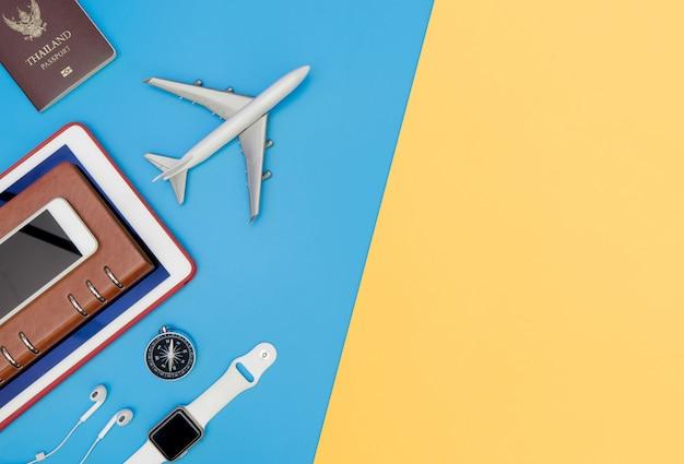 青い黄色のコピースペース上のビジネス旅行者のためのトップビューのガジェットやオブジェクトを旅行します。
