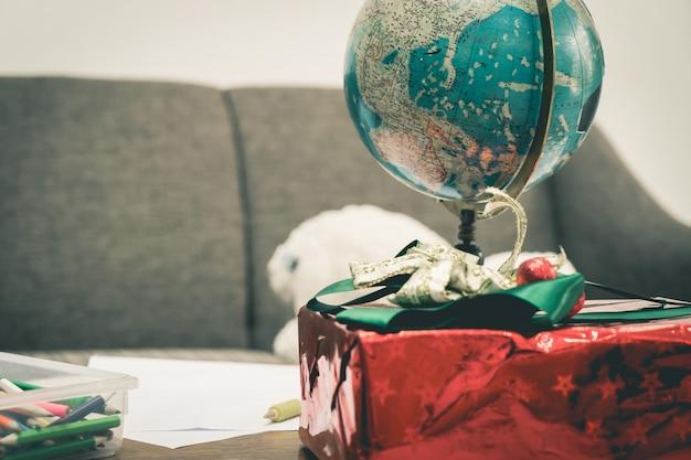 プレゼントボックスと地図休日の旅行の概念のための世界