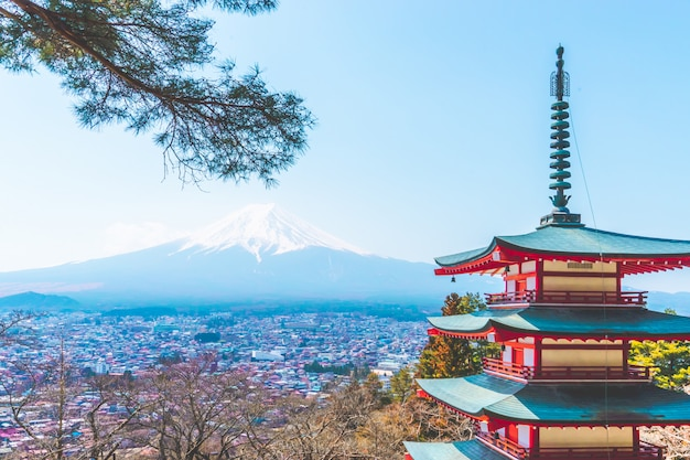 Храм чуреито пагода с фудзи в фоновом режиме