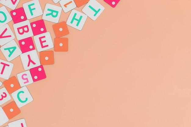 Детские игрушки на оранжевом фоне с игрушками плоские лежал сверху с пустым центром