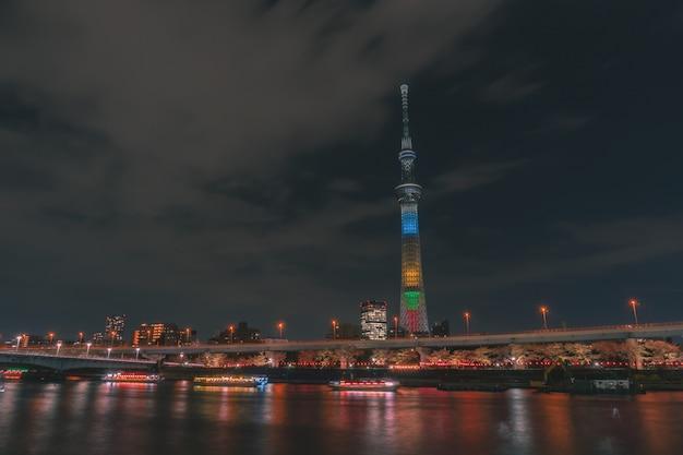 東京スカイツリーで隅田川をボートが走っています