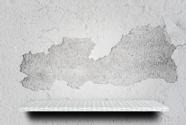 製品表示用ひびの入った壁に空の白い棚