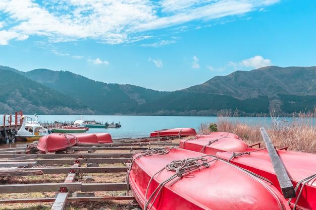 Аренда лодки на озере аши в хаконэ, япония