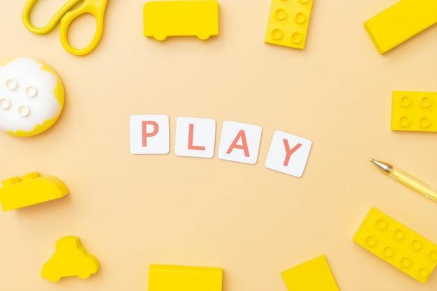 おもちゃや子供の教育の概念のためのオブジェクトで遊んで学ぶ