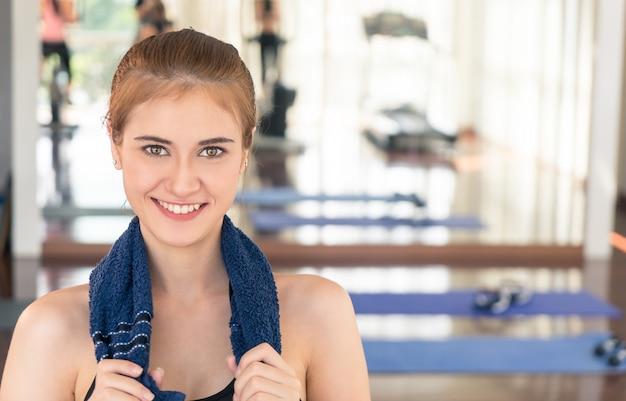 Фитнес женщина улыбается с другом работать