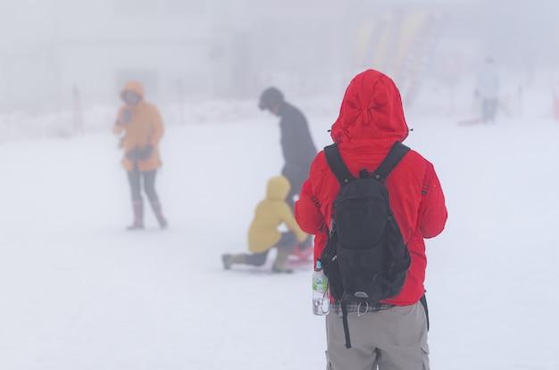 Турист играет со снегом на горнолыжном курорте гала юдзава.