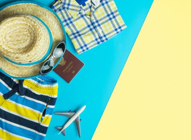 夏の旅行ファッションとアクセサリー旅行
