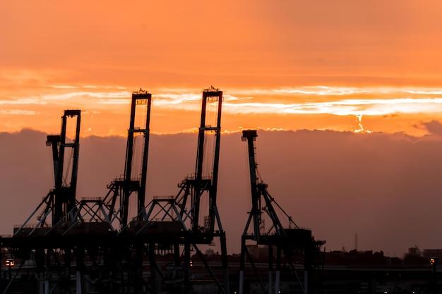 シルエットポート港産業輸送ドッククレーンとグローバルビジネスと商業的概念のための出荷。横浜の産業港湾。