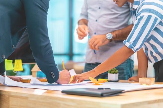 若い建築家デザイナーのチームは、現代のビジネススタートアップチームワーク接続概念のオフィスでブレーンストーミングします。