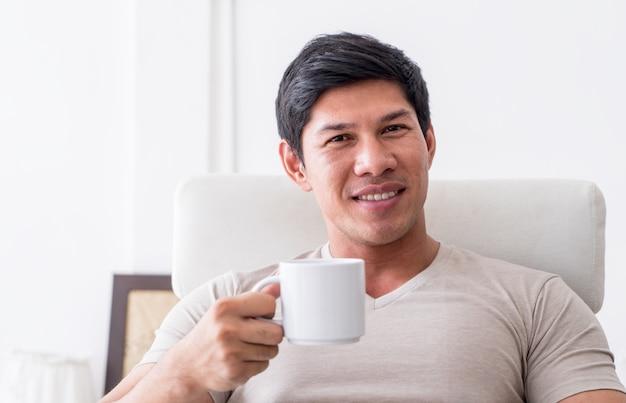 男はコーヒーのお茶を飲んでいます