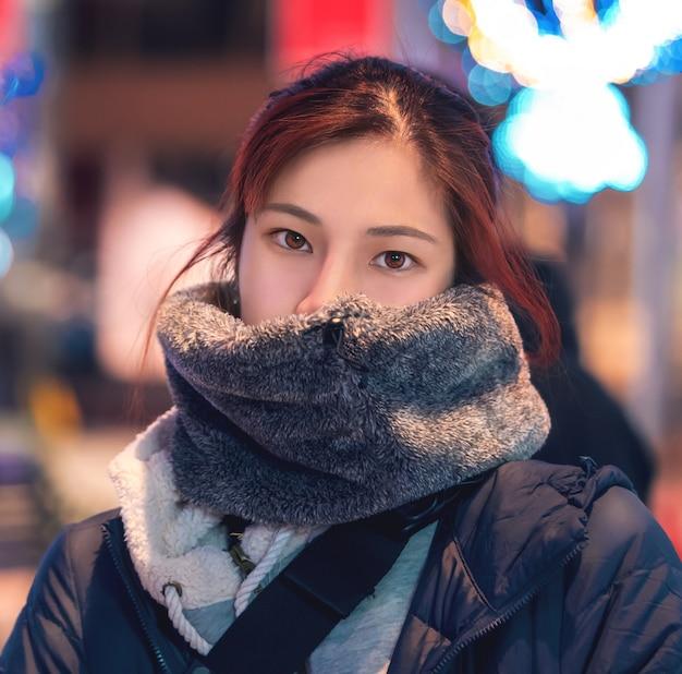 Красивая азиатская женщина в зимней одежде
