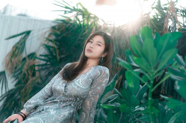 緑豊かな庭園の美肌を持つ中国人女性