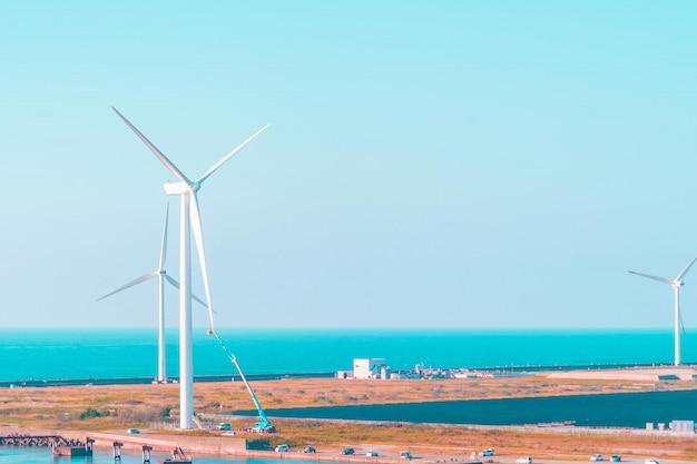 日本の再生可能エネルギー用の風力タービン発電機。