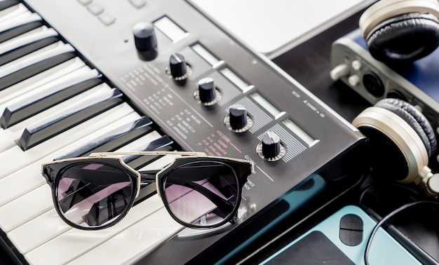 Модные солнцезащитные очки на музыкальной клавиатуре в студии