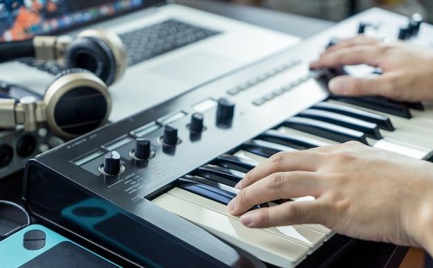 Музыкант записывает клавиатуру на компьютерную студию