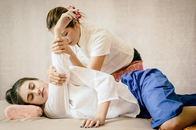 Женщины получают тайский массаж спа растяжения