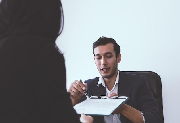新しい雇用主は、就職就職後に労働契約に署名するように求められている