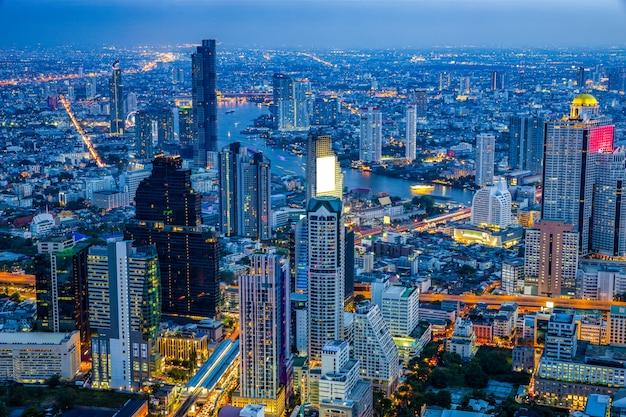 夜のバンコクのビジネス街のスカイラインビュー。