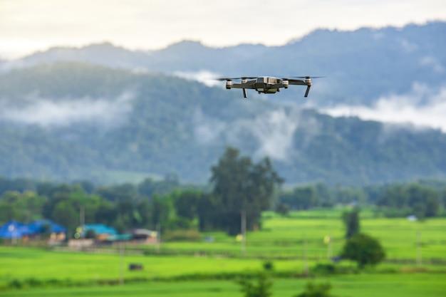 山のデジタルカメラで飛んでいるドローンヘリコプター