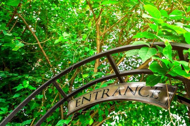 開いている庭のゲートに掛かっている入り口のサイン