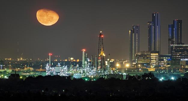 夕暮れの朝に沿った石油精製産業プラント