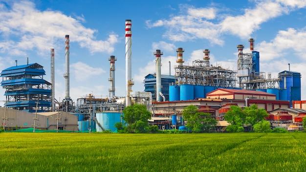 カーボンブラック、煙突のある石炭発電所工場。