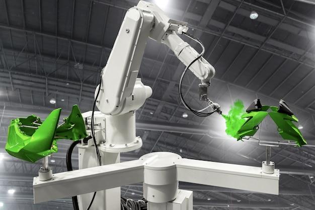 自動車部品へのロボットアーム塗装スプレー。