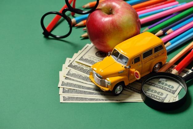 教育とお金、ドル現金。