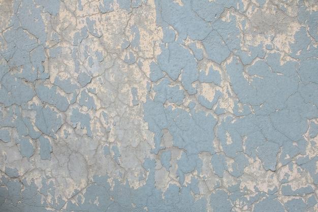古い塗装と劣化した青い壁