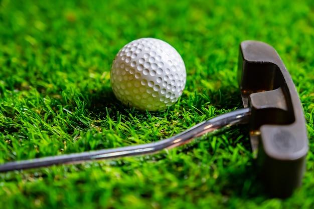 草の上のゴルフボール