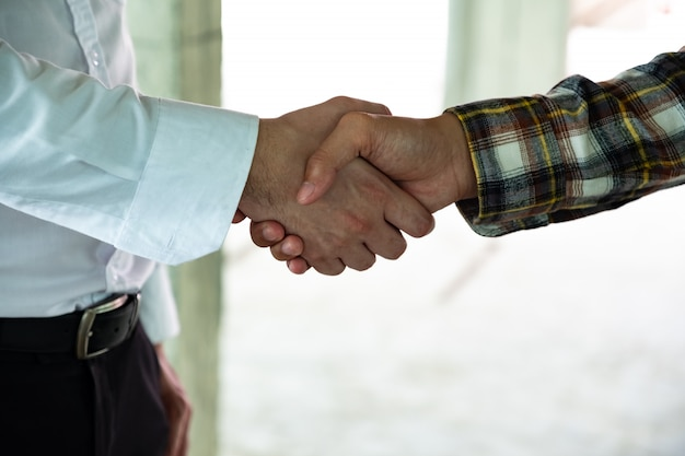 サイトを構築する会議の後、彼のオペレーターと握手ビジネス男