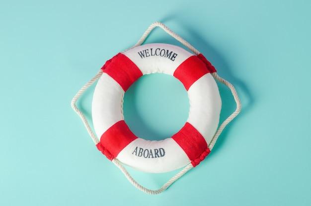 Маленький красный и белый спасательный круг на синем фоне - морской справочник