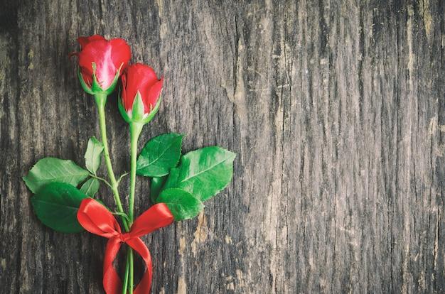 赤いリボンと赤いバラの花