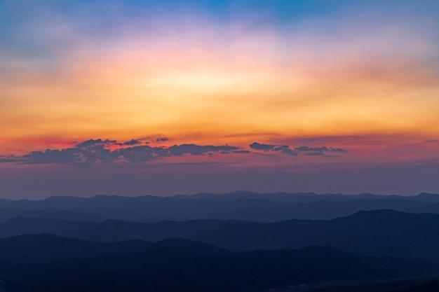 山の上の空と日の出の美しい色とりどり