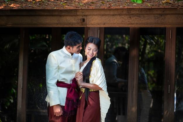 結婚式前の写真をタイ風で撮影しているカップル。新郎新婦の柔らかく美しい結婚式前の写真。