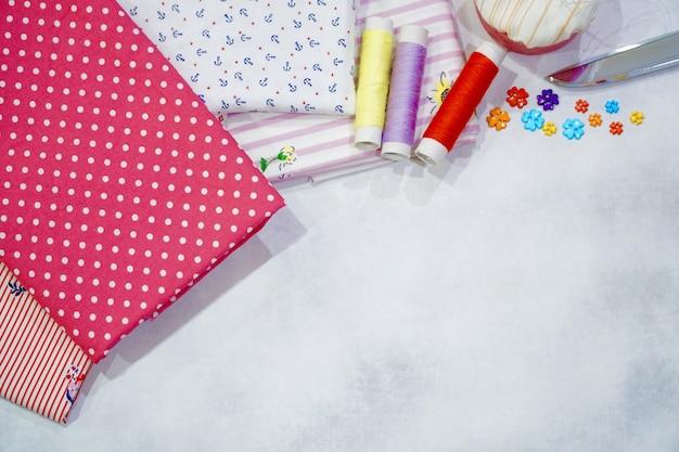 衣服の縫製または修理の準備をします。手作り。