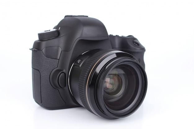 Черная зеркальная камера на белом фоне