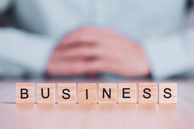 木製のブロックキューブにビジネス単語をクローズアップ。ビジネス創造的な動機の概念