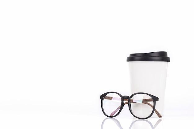 Белая кофейная чашка и стаканы