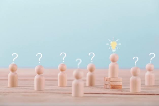 Лидер получает новую идею - планирование и стратегия мозгового штурма в конкурентной игре, концептуальная стратегия и успешное управление или лидерство.