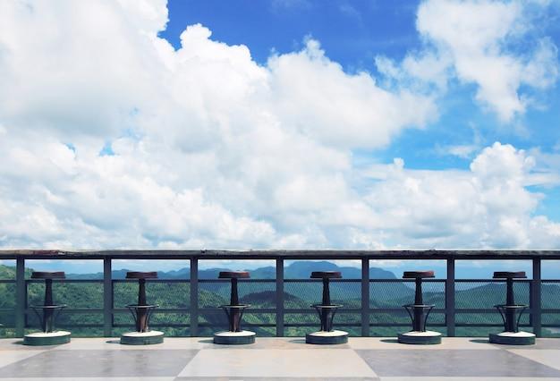 空と山々の美しい景色を望むテラス