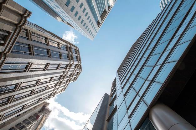 Вид современного бизнеса небоскребов стекла и неба вид на коммерческое здание в центре города