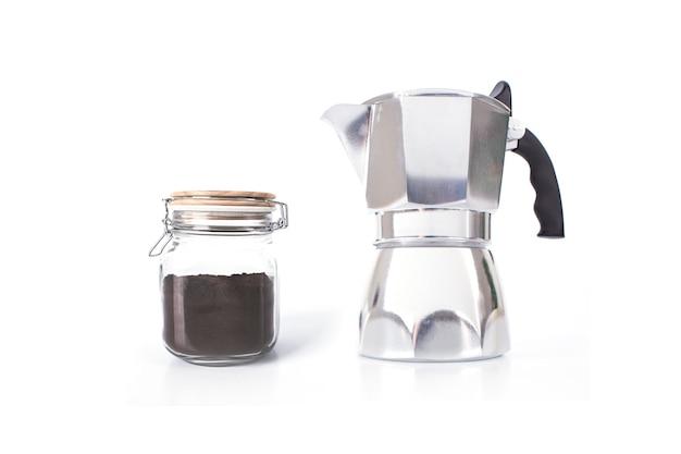 イタリアのコーヒーメーカーやモカ鍋、インスタントコーヒーの白い背景で隔離の瓶